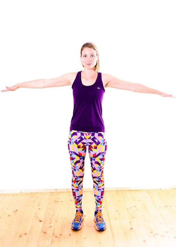 Rozstaw ramiona szeroko, dłonie skieruj do podłogi, wykonuj krążenia ramion w przód i w tył przez 30 sekund. (Damian Rafacz)
