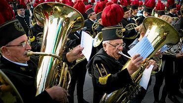 Pięć orkiestr dętych ruszyło w czwartek po południu z pięciu głównych placów Katowic: Wolności, Szewczyka, Miarki, Szramka i z ronda. Każdej grupie towarzyszył aktor, który w gwarze opowiadał o najciekawszych mijanych przez pochód miejscach. Każdemu przystankowi na trasie towarzyszyły też śląskie melodie. Pod hasłem Kat-oda, czyli oda dla Katowic, zagrały orkiestry z kopalń Wujek, Murcki-Staszic, Katowice-Kleofas i Mysłowice-Wesoła. Muzycy na rynku złapali wspólny rytm dzięki sekcji rytmicznej zainstalowanej na scenie na placu przez teatrem. Impreza odbyła się z okazji 150 urodzin miasta