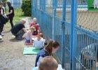 Skuteczny sposób na przepełnione schroniska? Dzieci... czytają psom!