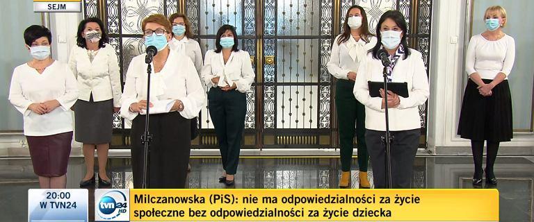 """Posłanki PiS po przerwie w obradach weszły ubrane na biało. Potem """"uciekły"""""""