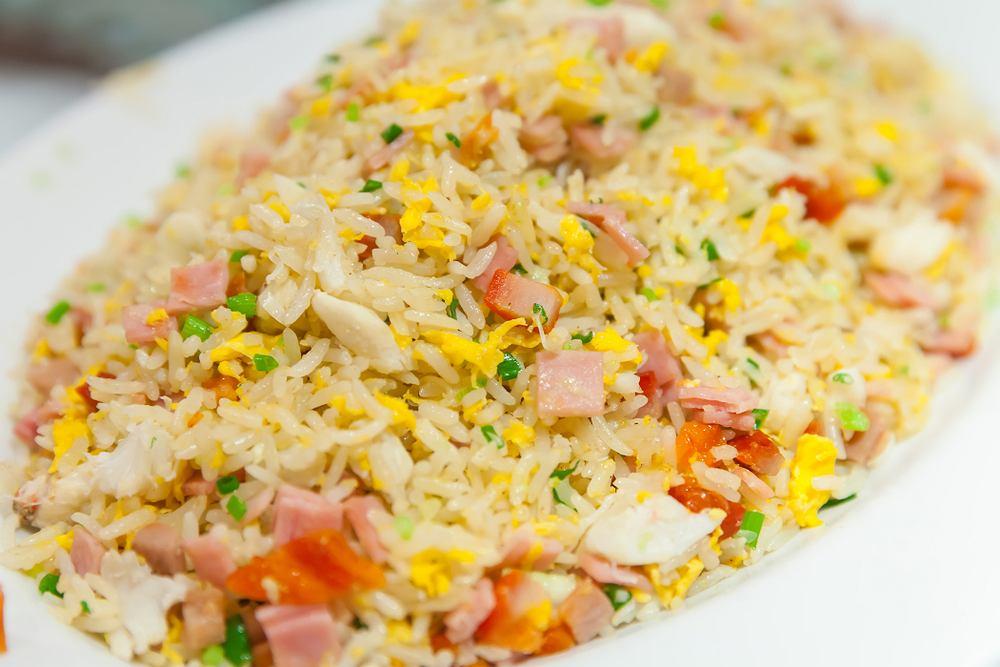 Sałatka z ryżem i szynką jest bardzo łatwa w przygotowaniu, a przepis na nią można modyfikować według własnego uznania