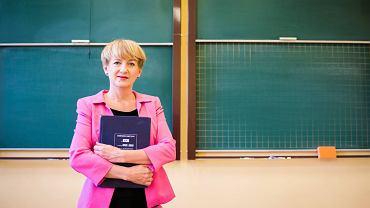 Jako nauczycielka w VI LO Iwona Waszkiewicz przygotowała program autorski klasy matematyczno-informatycznej. Do 'szóstki', której była i absolwentką, i dyrektorką, zawsze wraca z sentymentem