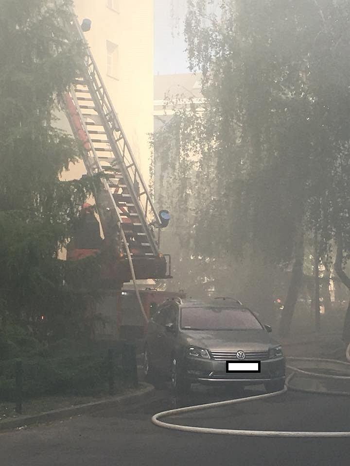 Samochód utrudnił strażakom dostęp do płonącego budynku