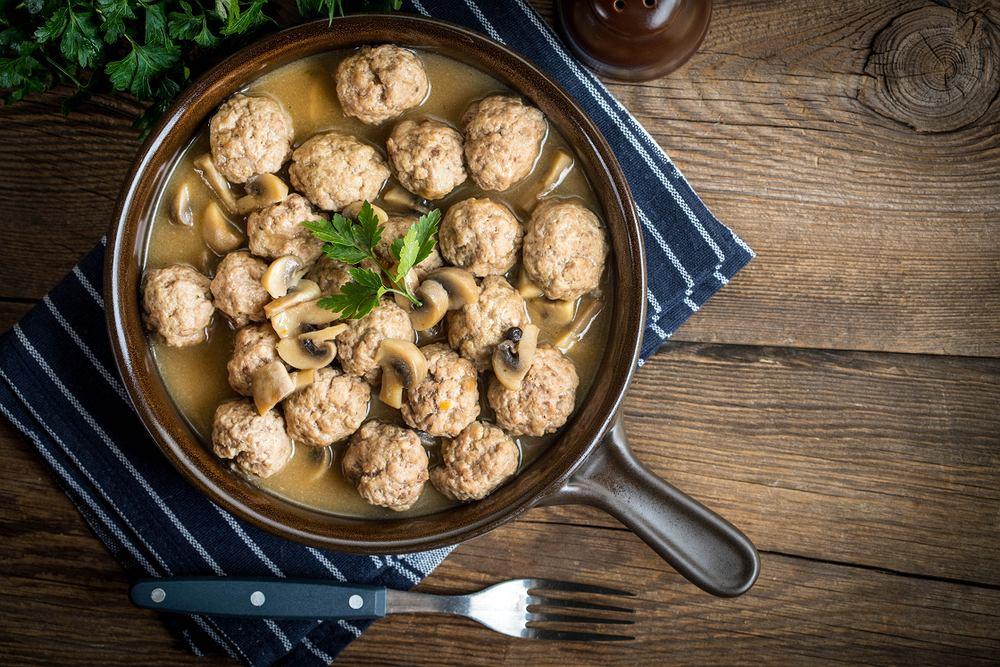 Sos pieczarkowy jest dodawany do wielu potraw w naszej tradycji kulinarnej.