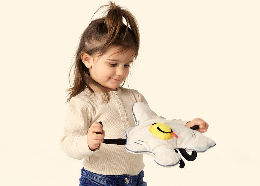 Pluszowa zabawka z limitowanej kolekcji SAGOSKATT zaprojektowanej przez dzieci dla dzieci.