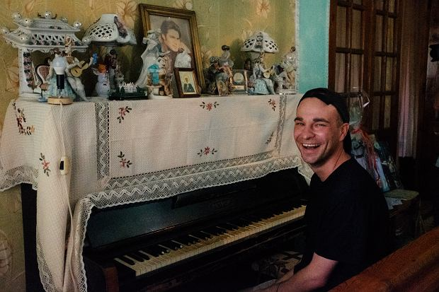 Za oprawę muzyczną vloga odpowiada Łukasz. On także ćwiczy tricki na deskorolce i rwie się do wszelakich napraw.