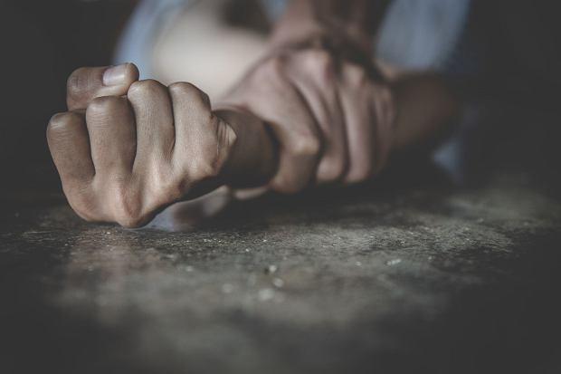 Spotyka się z oddzielonym mężczyzną, który wciąż mieszka ze swoją żoną