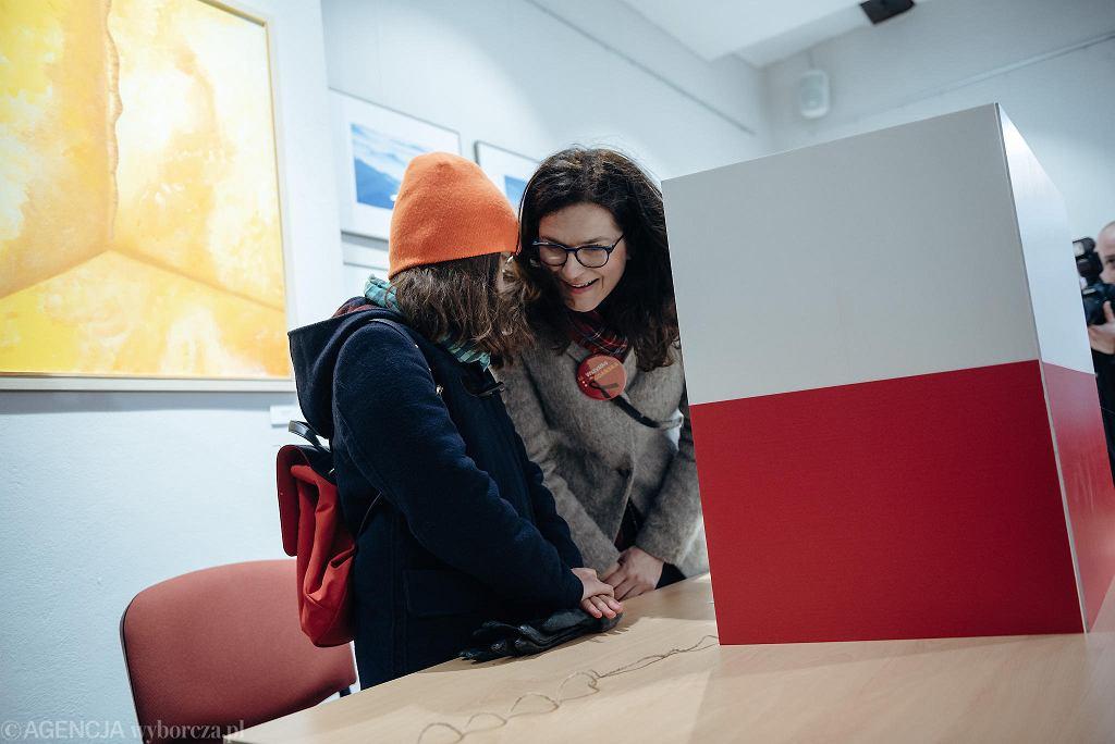 Przedterminowe wybory prezydenckie w Gdańsku, 3 marca 2019 r. Na zdj. Aleksandra Dulkiewicz z córką