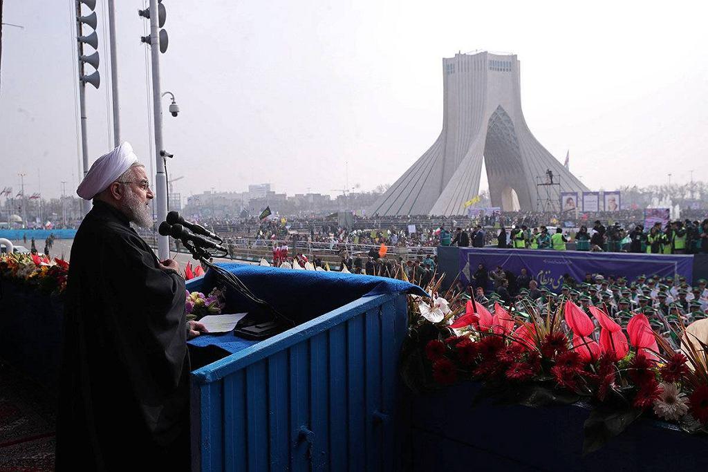 Prezydent Iranu Hasan Rouhani przemawia na uroczystościach rocznicy rewolucji islamskiej 1979 roku. Iran jest jednym z najbardziej niebezpiecznych miejsc na świecie dla homoseksualistów