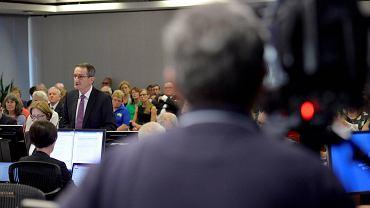 Francis Sullivan, przewodniczący Truth, Justice and Healing Council, składa raport przed królewską komisją w Sydney, 6 lutego