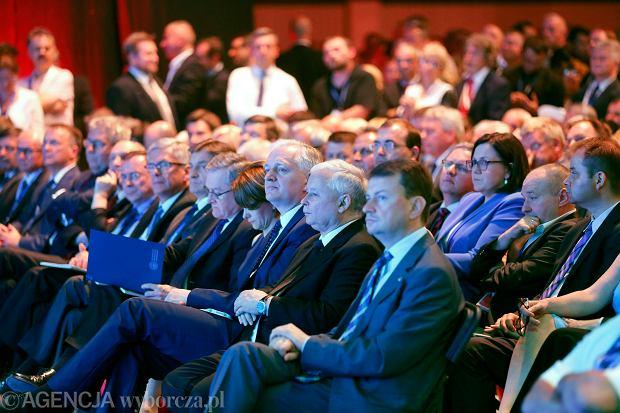 04.07.2015 Katowice , Międzynarodowe Centrum Kongresowe . Prezes Prawa i Sprawiedliwości Jarosław Kaczyński ( p ) i Jarosław Gowin ( l )  podczas Konwencji Programowej PiS .