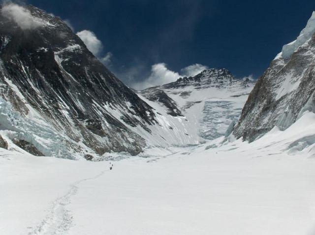 Z lewej stoki Everestu, w środku Lhotse, z prawej stoki Nuptse