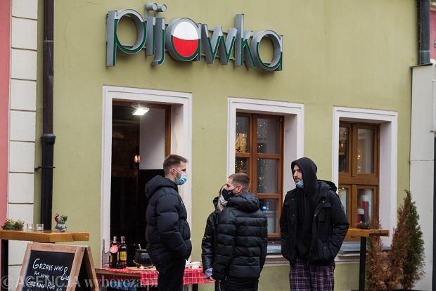 Zdjęcie numer 21 w galerii - Tłumy na Rynku we Wrocławiu. Spacery z jedzeniem na wynos i puszczanie baniek