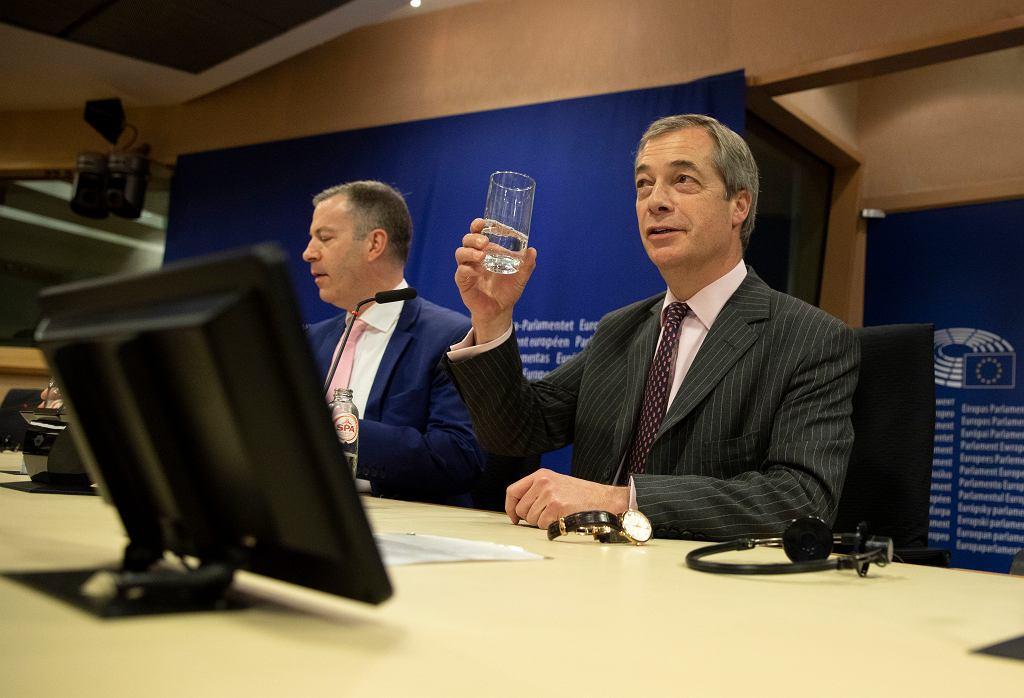 Nigel Farage wznosi toast szklanką wody