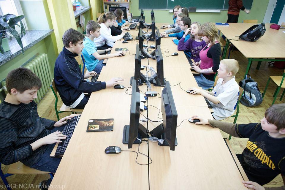 We wszystkich szkołach ma się pojawić łącze z szybkim internetem. Coraz więcej etapów nauki ma być też objętych obowiązkowymi zajęciami z programowania