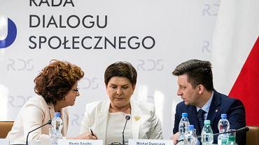 Wicepremier Beata Szydło, przewodnicząca Forum Zwiazków Zawodowych Dorota Gardias (L), szef KPRM Michał Dworczyk (P) podczas kolejnego dnia negocjacji rządu z przedstawicielami nauczycieli.