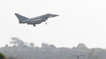 Brytyjski myśliwiec Typhoon ląduje w bazie RAF-u