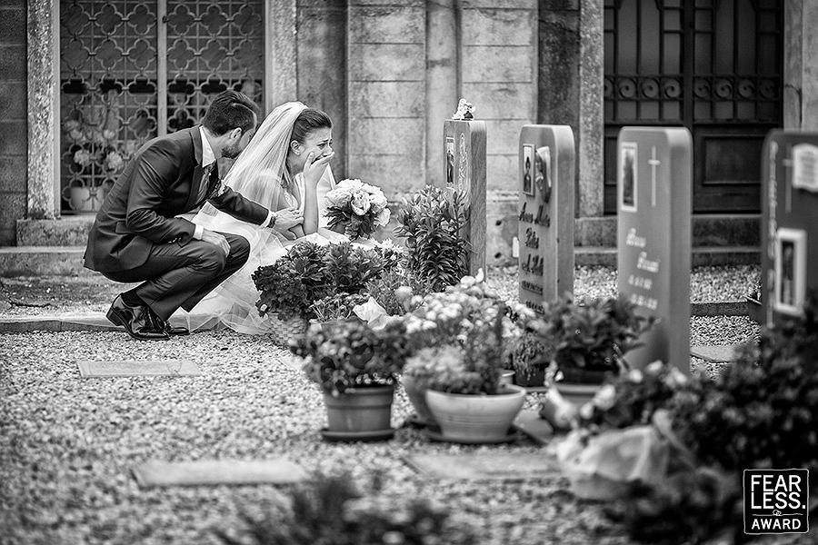 Państwo młodzi na cmentarzu.