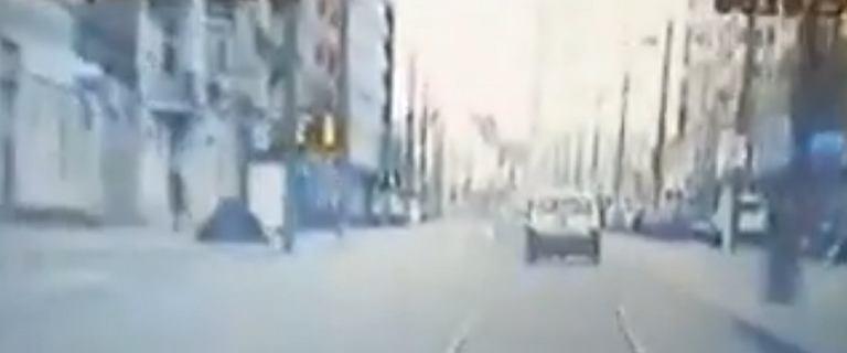 Nagranie z pościgu za 29-latkiem. Po zatrzymaniu odgryzł policjantowi palec