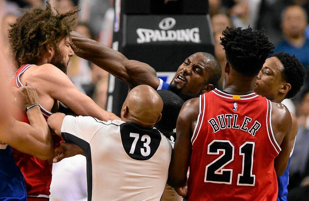 Bójka podczas meczu Raptors - Bulls