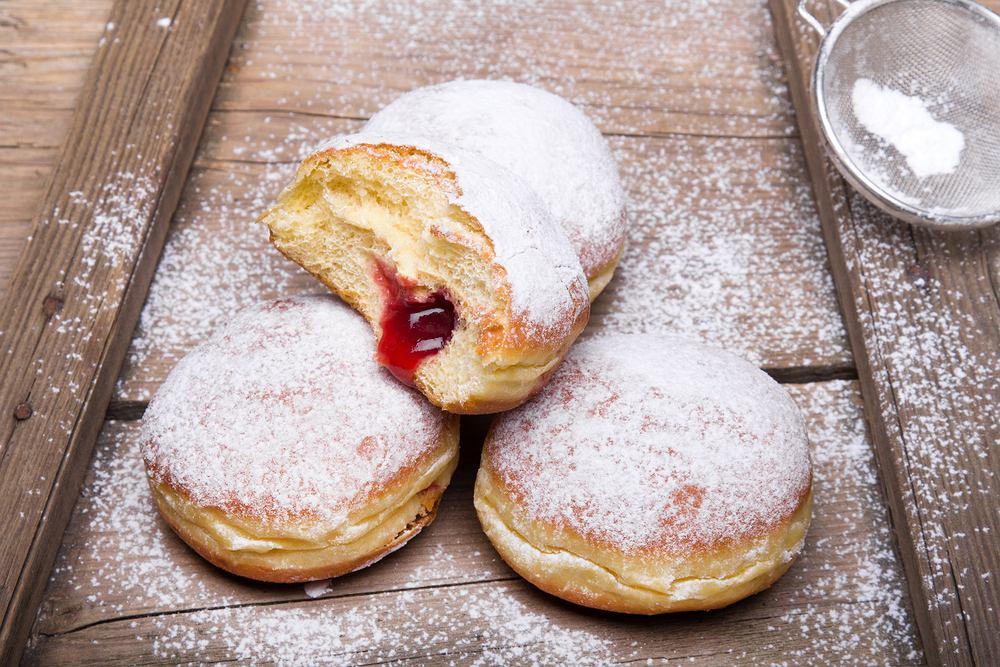 Pączki z cukrem pudrem to mniej kaloryczna opcja niż te z polewą i wieloma dodatkami
