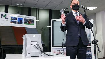 Prezydent Andrzej Duda prezentuje urządzenie do wykrywania COVID-19