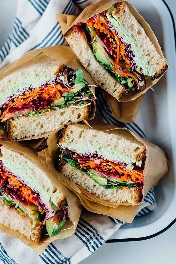 Kanapka z warzywami to dobry pomysł na lunch