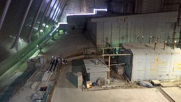 Dach starego radzieckiego sarkofagu przykryty tym nowym