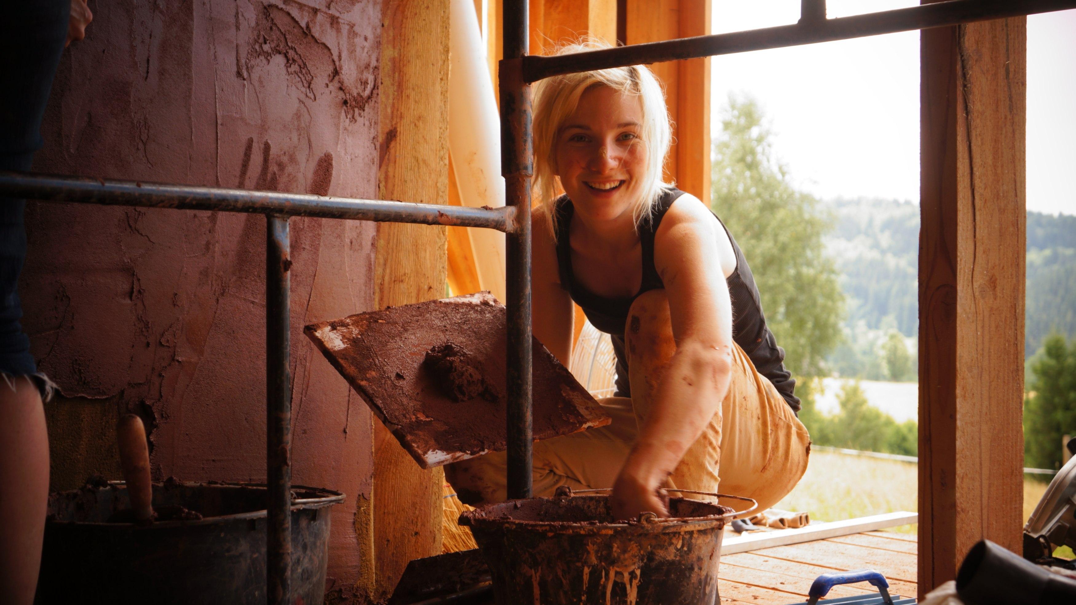Tynk gliniany sprawia, że wewnątrz domu tworzy się mikroklimat (fot. materiały prasowe)