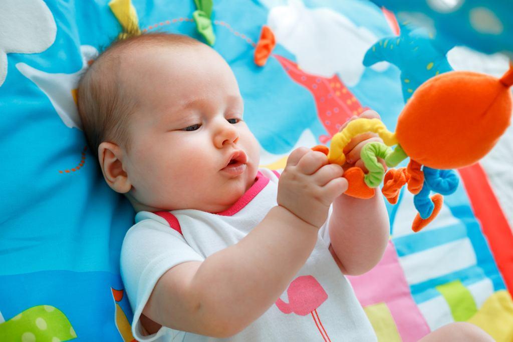 Prezent na Dzień Dziecka dla niemowlaka? Możesz kupić coś drobnego albo zainwestować w zabawkę, która będzie rosła razem z dzieckiem