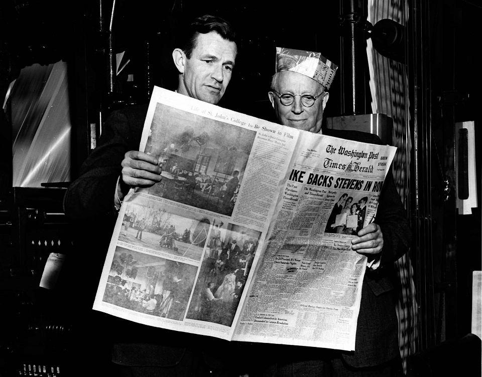 Philip L. Graham i Eugene Meyer z pierwszym wydaniem ''The Washington Post Times Herald''. Zdjęcie z 1954 roku