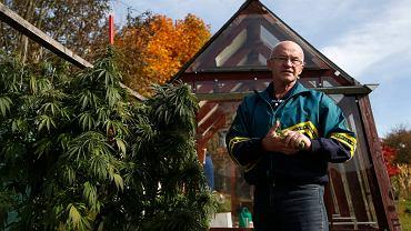 Zdenek Majzlik nielegalnie hoduje konopie w Tynie nad Vitavou. Twierdzi, że potrzebuje ich do celów leczniczych dla 43-letniej córki chorej na stwardnienie rozsiane