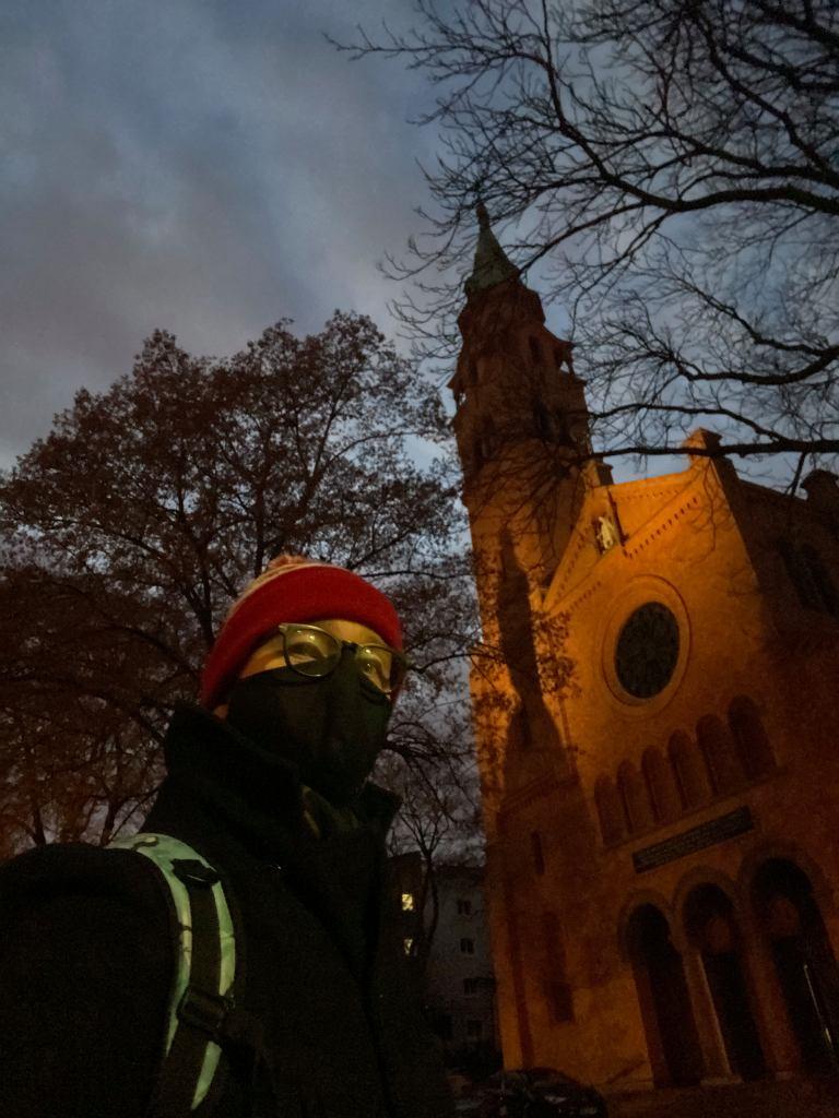 Grzegorz Lepianka przed kościołem na Muranowie. Właśnie otrzymał z parafii zaświadczenie o chrzcie