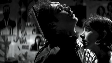 'O dziewczynie, która wraca nocą sama do domu' to hipnotyczna love story o dwóch pokrewnych duszach - samotnej, nieśmiałej wampirzycy i przystojnym śmiertelniku, których drogi krzyżują się w ciemnym zaułku Bad City pod niebem Iranu.<br><br> Debiutancki obraz Any Lily Amirpour to oryginalna i zabawa filmowymi gatunkami - od wampirycznego horroru przez romantyczną historię miłosną po irański western.<br><br> Jaka historia jest przedstawiona w filmie? W zepsutym do szpiku kości Bad City, gdzie przestępczość, narkotyki i prostytucja są na porządku dziennym,  piękna i samotna wampirzyca spotyka jedynego uczciwego mężczyznę w mieście, staje się jasne, że nic już nigdy nie będzie takie samo. 'O dziewczynie...' to także przekazane językiem popkultury, spojrzenie na zakryty tajemnicą i stereotypami Iran. Przedstawiamy alfabet tej wyjątkowej miłości w świecie Iranu, przedstawionym w krzywym zwierciadle.<br><br> A w filmie warto zwrócić uwagę także na zdjęcia. - Chciałam, żeby wygląd i klimat filmu były ponadczasowe, żeby dopełniały mityczny i surrealistyczny wydźwięk całej historii. Postawiliśmy na czarno-białe zdjęcia i obiektywy anamorficzne - dzięki temu uzyskaliśmy obraz nawiązujący do klasycznych hollywoodzkich produkcji, a cały film nagle stał się doświadczeniem z pogranicza wielu gatunków - mówi reżyserka.<br><br> Od najbliższego piątku film 'O dziewczynie, która wraca nocą sama do domu', który miał swoją premierę na festiwalu Sundance, wreszcie na ekranach polskich kin!