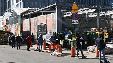 Sklepy budowlane miały być zamknięte, a prowadzą 'sprzedaż parkingową'. Związkowcy oburzeni