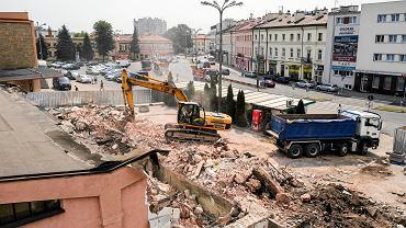 Wyburzanie budynku koło dworca PKP. Mieścił się tu bar ze słynnymi zapiekankami