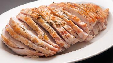 Pieczona pierś z indyka będzie dobrze smakować zarówno solo, z chrupiącą skórką, jak i z dodatkiem warzyw