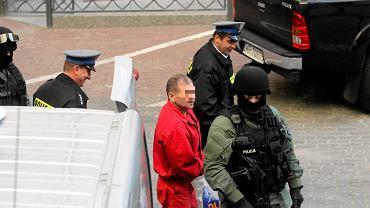 Tadeusz G. doprowadzany na salę sądową.