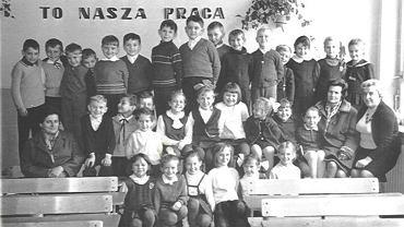 Zdjęcie z pierwszej klasy podstawówki. Pani Halina Szlachcic siedzi w środkowym rzędzie pierwsza po prawej. Autor stoi w najwyższym rzędzie czwarty od lewej.