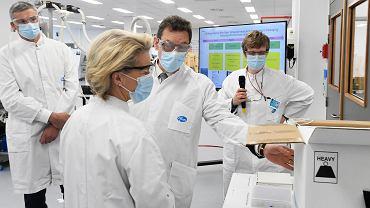 Ursula von der Leyen w fabryce Pfizer