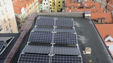 W Legnicy na dachach bloków zainstalowano panele słoneczne