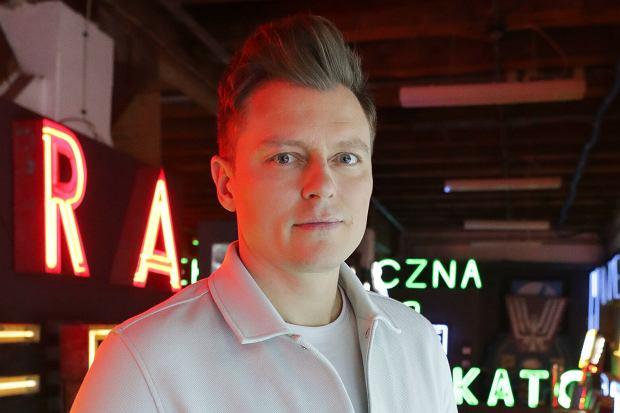 Dzień przed oficjalną imprezą otwierającą Eurowizję 2021 polska delegacja została poddana testom na obecność koronawirusa, które u jednego z członków ekipy wskazały wynik pozytywny. Rafał Brzozowski zmuszony jest spędzić najbliższe dni w izolacji. Co z jego występem?