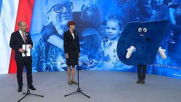 Adam Bielan i Elżbieta Rafalska zaprezentowali wyborczą maskotkę, która ma przypominać, jak Rafał Trzaskowski głosował ws. obniżenia wieku emerytalnego.