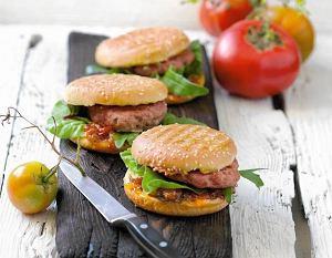 Hamburgery jagnięce z ostrym dżemem pomidorowym