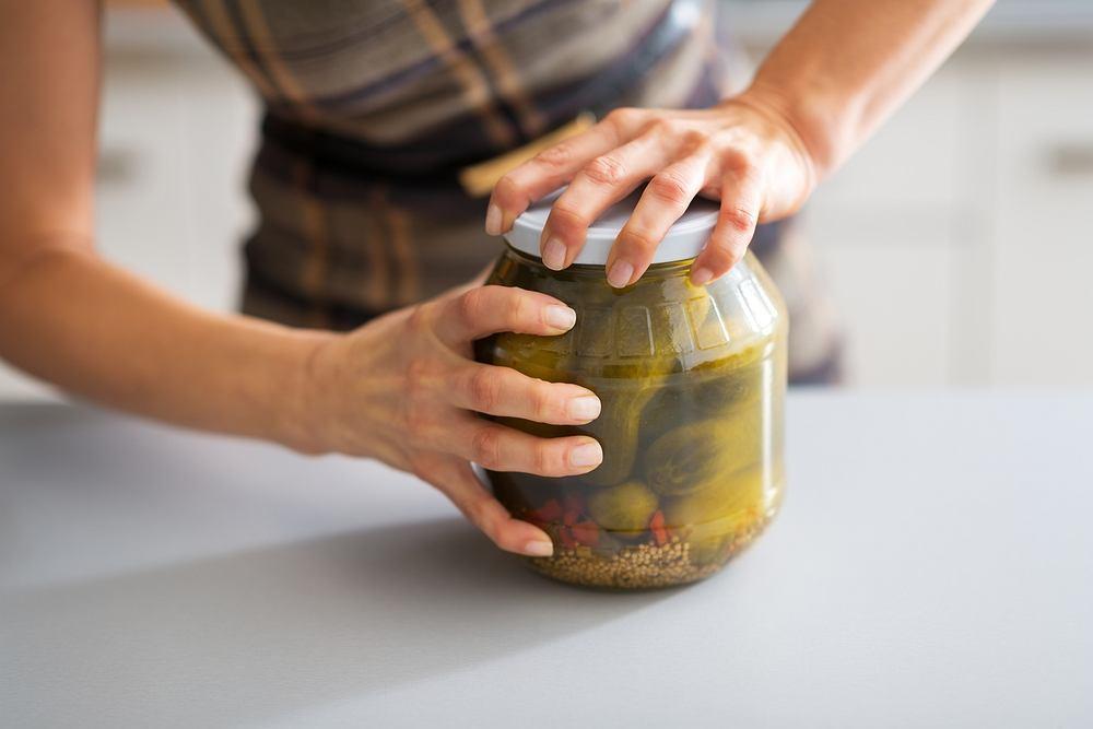 Otwieranie słoików to ta kuchenna czynność, która niekiedy wymaga użycia specjalnych środków w postaci ścierki, noża lub... faceta.
