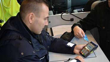Policja kupiła 2000 terminali płatniczych. Już niedługo w każdym radiowozie drogówki za mandat zapłacimy kartą