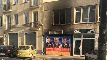Witryna spalonego sklepu oklejona plakatami