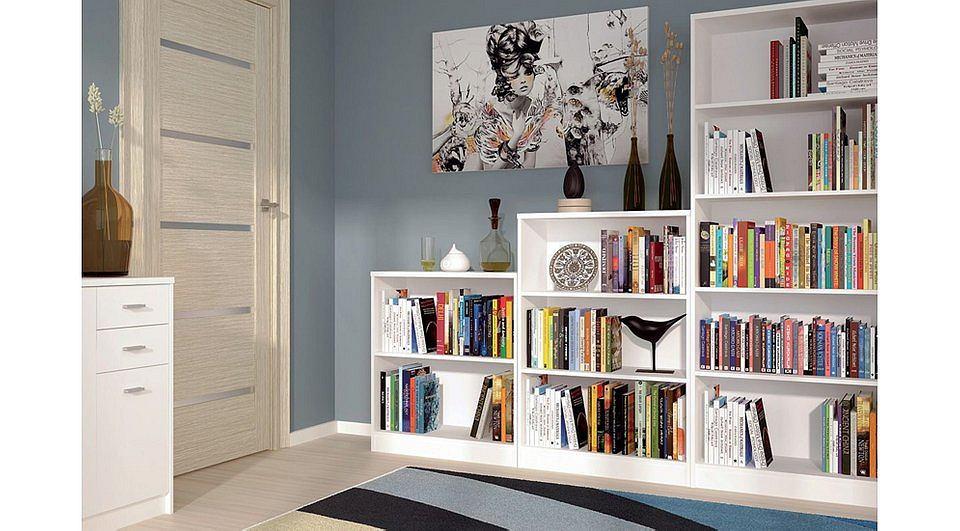 Drewniany, biały regał na książki