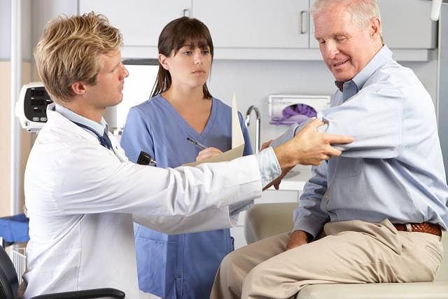 Dna moczanowa spowodowana jest odkładaniem namiaru kwasu moczowego w obrębie stawów