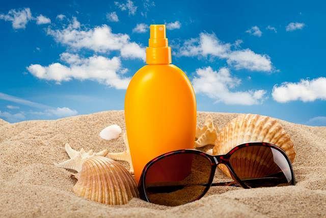 Krem z filtrem jest niezbędny na każdych wakacjach. Niezależnie od tego czy spędza się jej nad morzem czy w mieście
